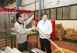 이명박 煎대통령에게 생산기술 설명하고 있는 박윤소 회장